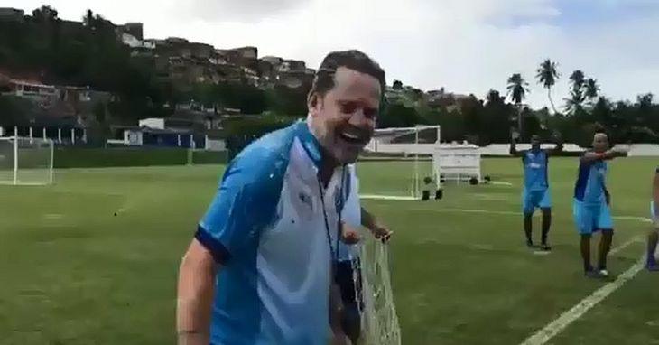 Argel é surpreendido por jogadores em trote de aniversário no CT do Mutange