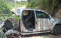 Condutor perde controle de caminhonete, bate em poste e sai da pista na AL-413