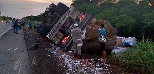 Caminhão tomba e motorista fica ferido na AL-101 Sul