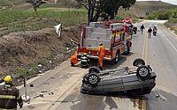 Veículo capota e deixa dois feridos em São José na Laje