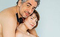 Grávida, Letícia Colin posa nua ao lado do marido em ensaio fotográfico