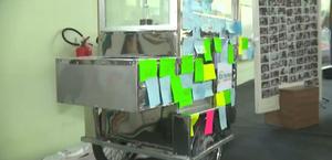 Estudantes se unem e presenteiam pipoqueiro com novo carrinho na PB