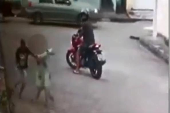 Mulher teve celular roubado e foi agredida com puxões de cabelos