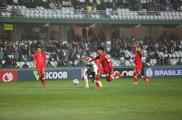 CRB vence Coritiba fora de casa e entra no G4 da Série B do Brasileirão