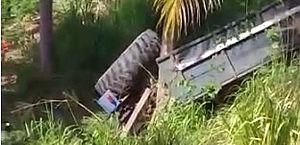 Trator capota e motorista fica preso às ferragens em Roteiro