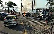 Vítima foi retirada de carro em chamas