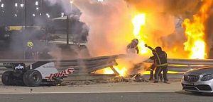 Após acidente assustador, Grosjean tranquiliza fãs com mensagem do hospital