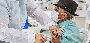 Em Arapiraca, idosos acima de 79 anos recebem 1ª dose da vacina contra a Covid-19