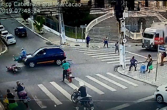 Câmeras registram colisão entre carro e motos na Ladeira da Catedral; veja vídeo