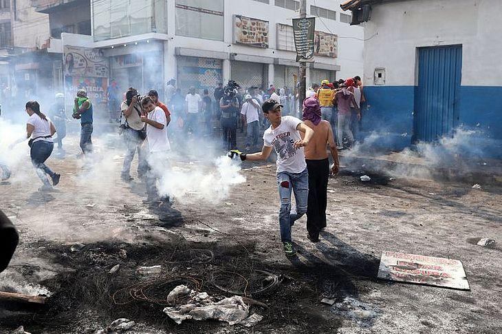 Confronto em Ureña, na Venezuela, na fronteira com a Colômbia