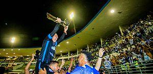 João Carlos carrega a taça e comemora com os torcedores do CSA