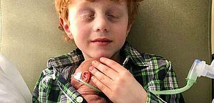 Menino pediu irmão por anos e cuidou dele como um herói quando nasceu prematuro