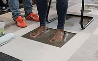 Firmino recebe homenagem e deixa pisada no Hall da Fama do Estádio Rei Pelé
