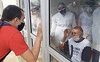 Albert Henrique Ferreira não escondeu a alegria de ver o avô, José Arnaldo Ferreira, por meio da janela de vidro