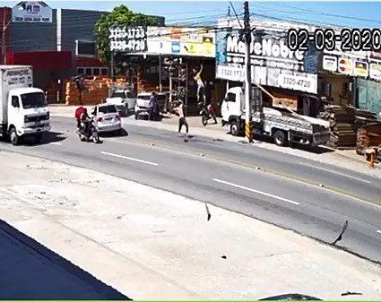 Momento em que o condutor e o passageiro são arremessados com o impacto do acidente