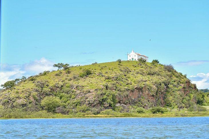 Igreja Nossa Senhora dos Prazeres, no alto do morro na Ilha do Ouro