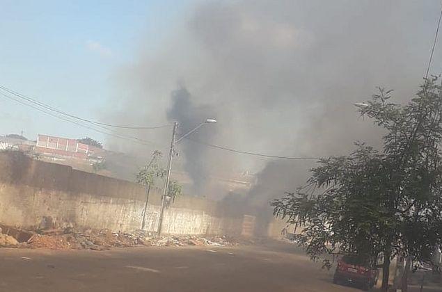 Incêndio atinge terreno de fábrica no bairro Dom Lustosa, em Fortaleza