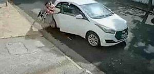 Vídeo: assaltante arranca com carro e arrasta mulher e bebê em SP