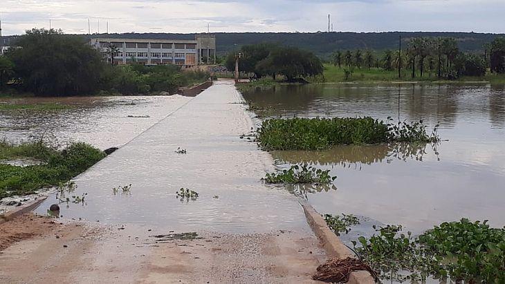 A água se acumulou em ruas e avenidas do município e atrapalhou motoristas.