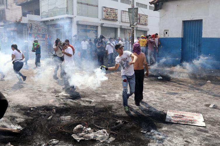 Hospitais de Roraima atendem 13 venezuelanos feridos em confrontos